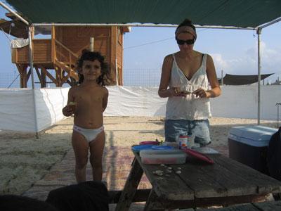 תמר ושגית בחוף הים - אוקטובר 2006